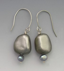 t-Pearl grey rock earrings